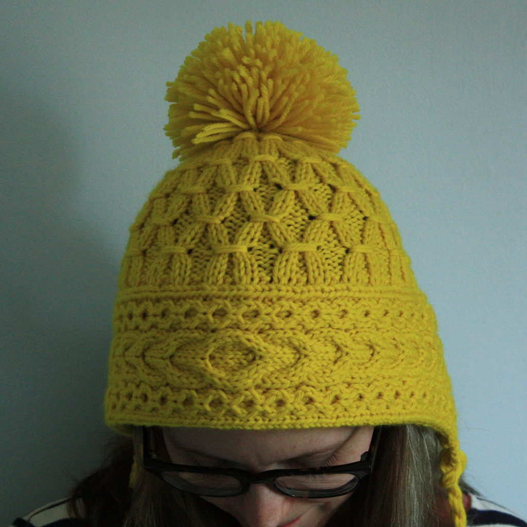 Вязание шапочки с завязками спицами